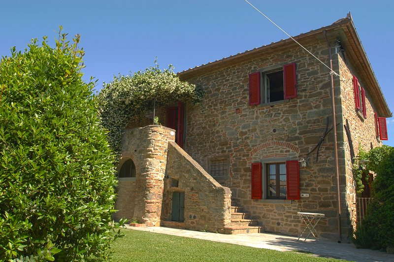 Villa Il Giuggiolo, ancient country Tuscan house with pool, holiday rental in Montalla
