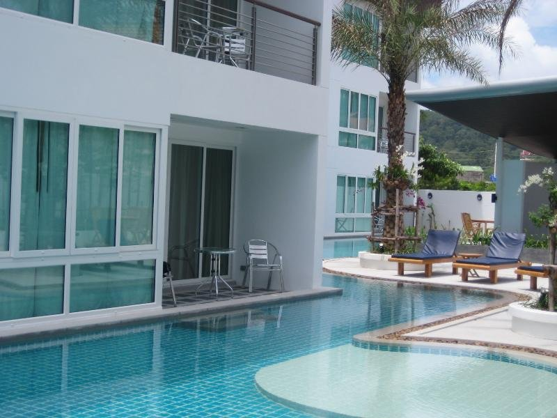 Ground floor pool apartment