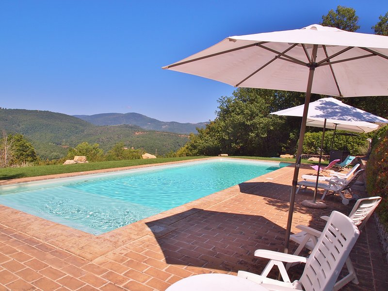 Villa Pregiata 7 person secluded family cottage with large pool., vacation rental in Preggio