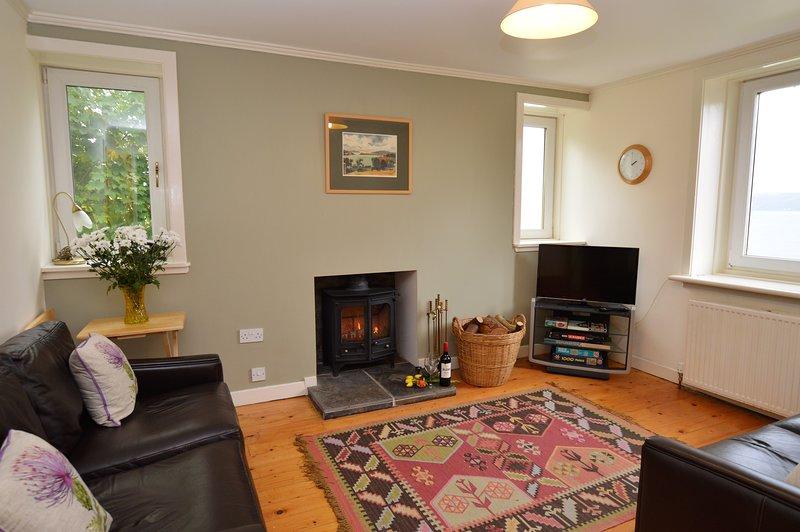 Sala de estar con fuego de leña y vistas.