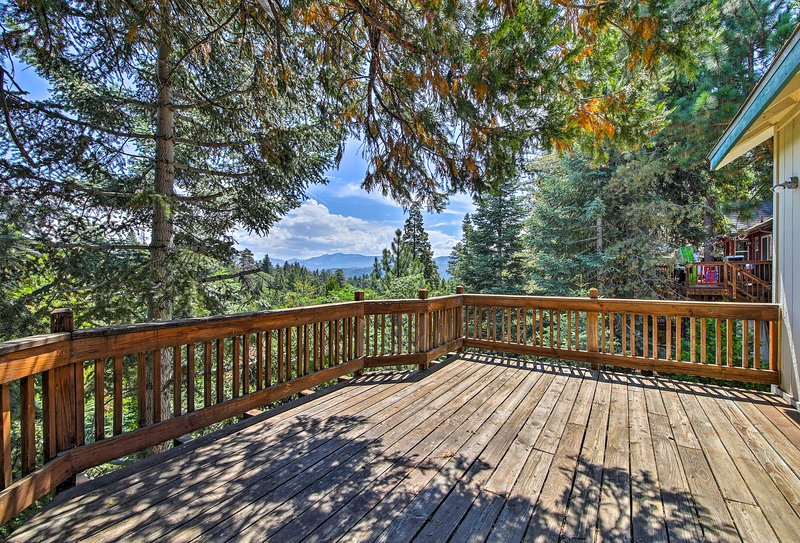 Lake Arrowhead Cabin w/ Large Decks & Mtn Views!, alquiler de vacaciones en Blue Jay