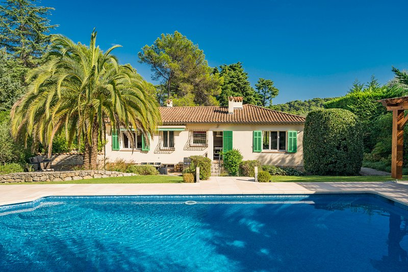 French Riviera - Mougins, near Cannes. Charming Villa with Pool, Ferienwohnung in Mougins