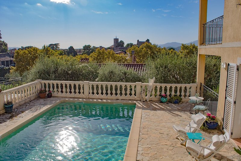 80sqm Apartment/ Heated Swimming Pool/ View/ Village Center at a 3 minutes walk, location de vacances à Montauroux