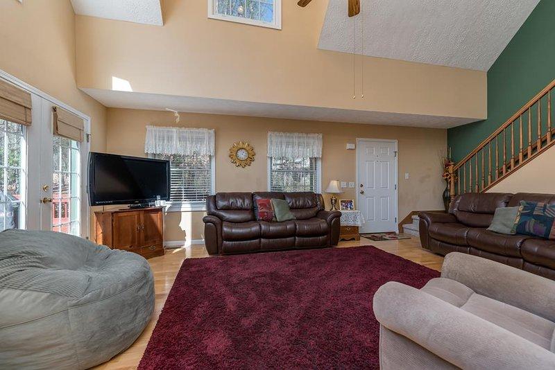 Sala de estar con techos abovedados