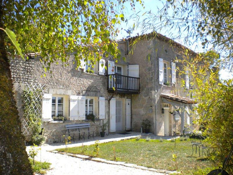 'Côte à Côte': chambre et table d'hôtes de charme : entrée privative et piscine, holiday rental in Montmoreau-Saint-Cybard
