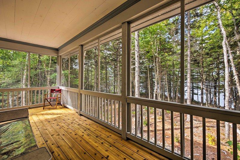 Detta 2 sovrum, 1-bad, husdjursvänligt hem ståtar med en wraparound veranda och 5 hektar.