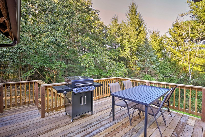 This Logan getaway features a spacious furnished deck with a gas grill.