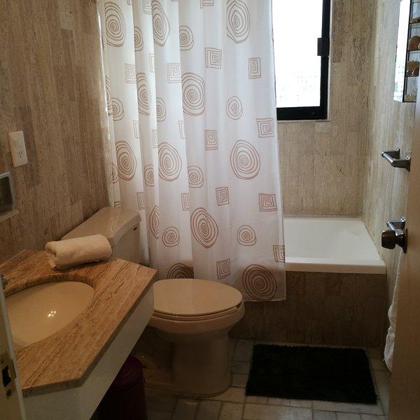 Baño con regadera y tina  Bathroom with bathtub and shower