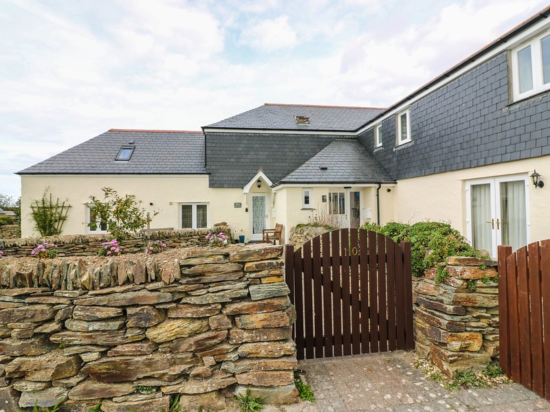 SORREL COTTAGE, dog friendly, Padstow, holiday rental in Treator