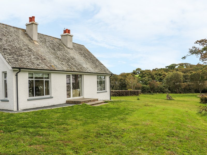 THE HIDE, lough views, ground floor bedrooms, open fire, Newtownards, Ref 949249, location de vacances à Newtownards