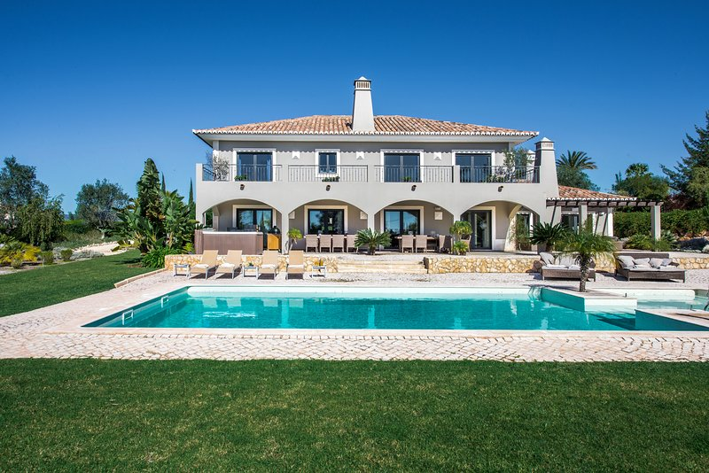 Villa Mali - Luxury and large villa with large private pool and jacuzzi, vacation rental in Montes de Cima
