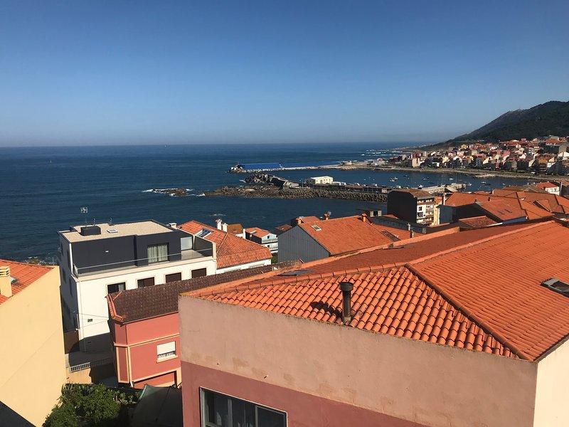 Encantador atico de 2 hab y 2 baños a 2 km de la playa, holiday rental in Granxa