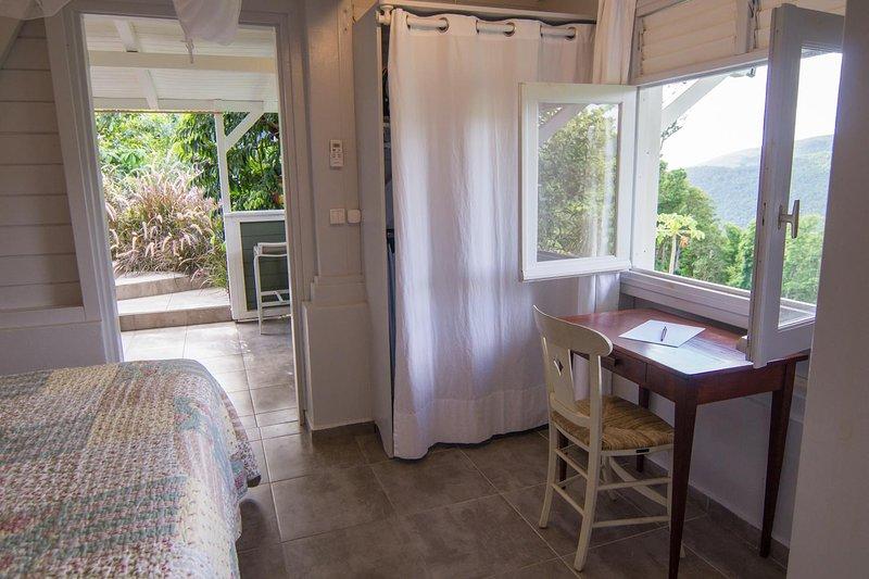 La Chambre de l'Ecrivain et sa terrasse couverte kitchenette pour 2 personnes, casa vacanza a Pointe-Noire