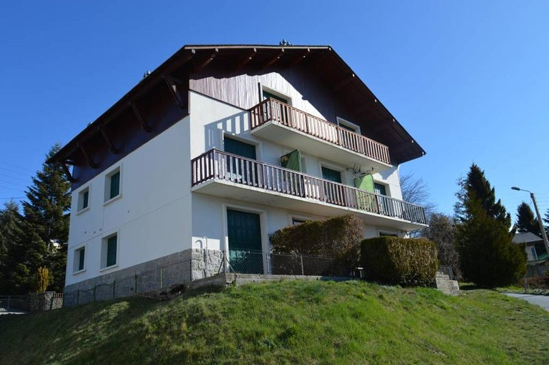 appart 4-5 pers avec jardinet 'Chez Marmotte' Font Romeu, holiday rental in Estavar