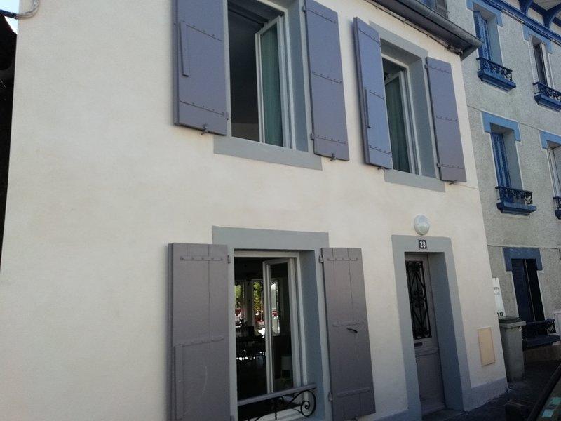jolie petite maison rénovée dans le quartier notre dame avec terrasse et jardin, casa vacanza a Herrere