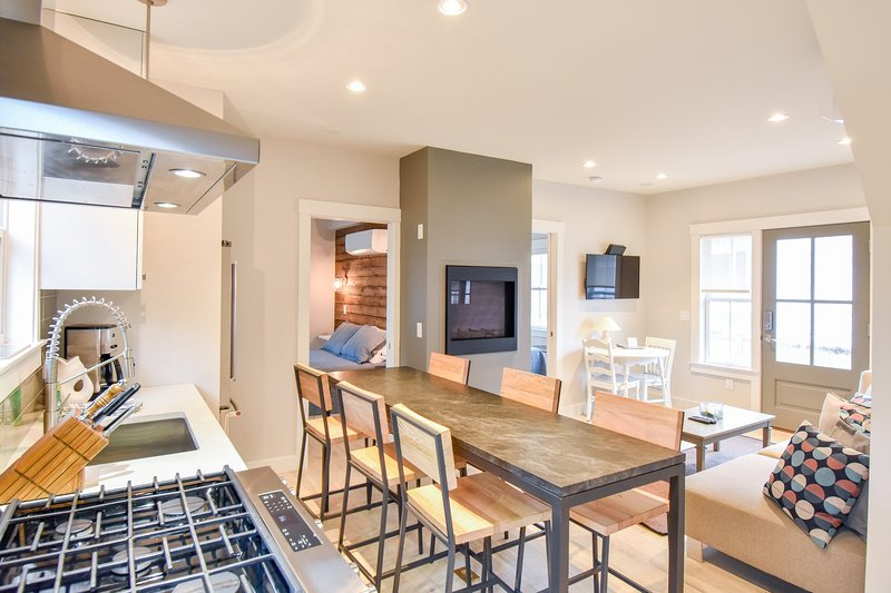 #102: NEW renovation; modern; private patio; walk to town!, location de vacances à Provincetown