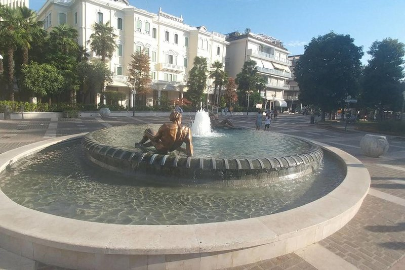 Pedestrian center with its fountain 600 meters from the apartment.
