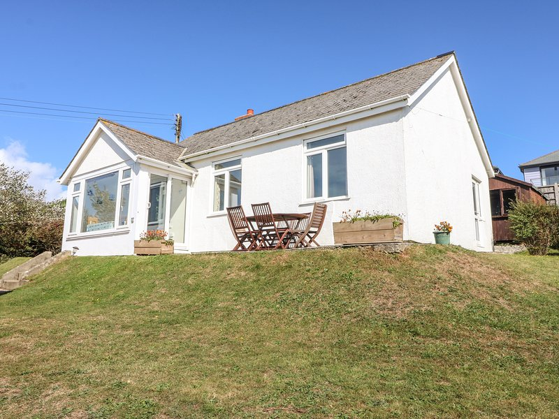HIGHDOWN, detached, open fire, WiFi, pet-friendly, enclosed garden, in, holiday rental in Burgh Island
