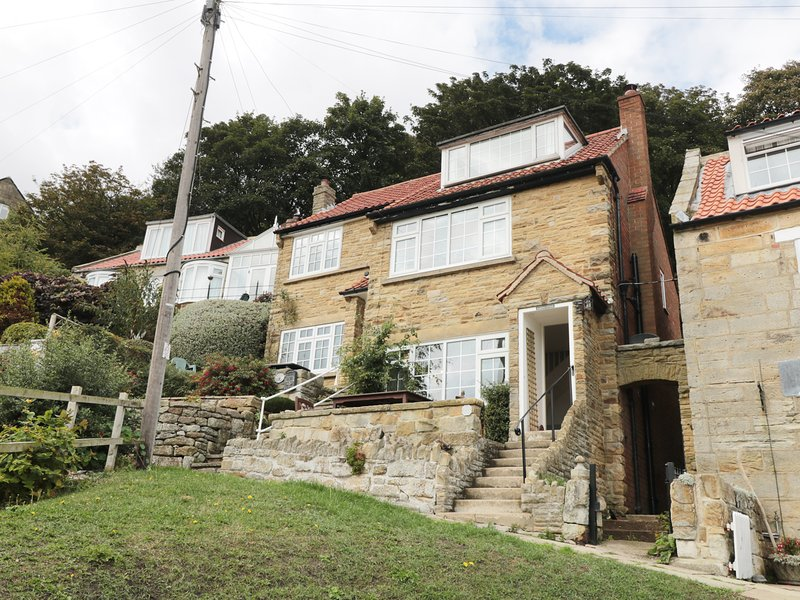 FLAMINGO COTTAGE, over three floors, open-plan, near Staithes, vacation rental in Staithes