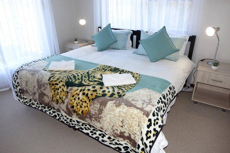 Slaapkamer 1 met kingsize bed en luxe katoenpercaal linnen