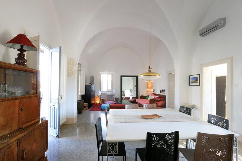 Family friendly villa in stunning southern Puglia w a view of the village castle, casa vacanza a Presicce