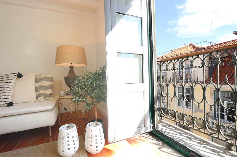 Sunny, Design Flat at Downtown: Balcony, Free Parking (LxCor5), holiday rental in Montijo