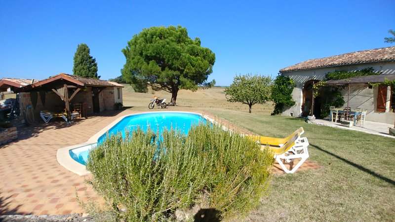 Wonderful character Gite near Duras with fantastic views and private pool, vacation rental in Miramont-de-Guyenne