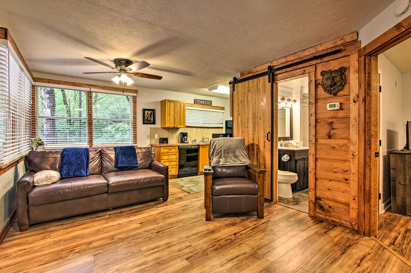 Rustic Cabin w/ Hot Tub + Deck ~10 Mi to Dollywood, vacation rental in Gatlinburg