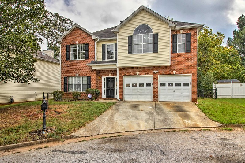 Spacious Stone Mountain Home - Walk Everywhere!, location de vacances à Stone Mountain