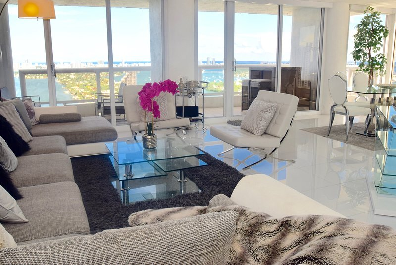 Living room with panoramic views of ocean and Biscayne Bay, Balcony access, Dining area for 6