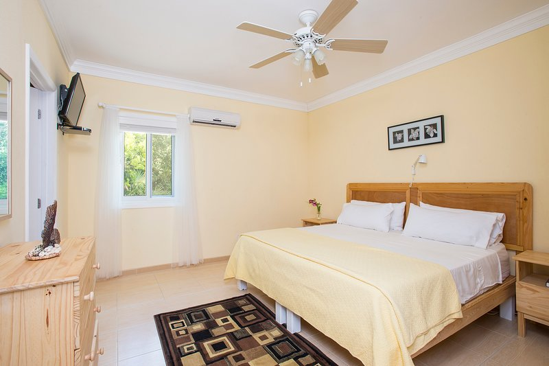 2 bedroom, 2 bathroom 'Lily' Suite - Nearby Beaches!, aluguéis de temporada em South Palmetto Point
