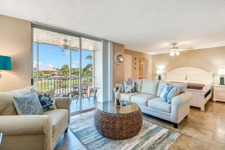 Beautiful Studio Condo, Just Remodeled, Everything BRAND NEW! Walk to Beach! Fre, alquiler de vacaciones en Bonita Springs