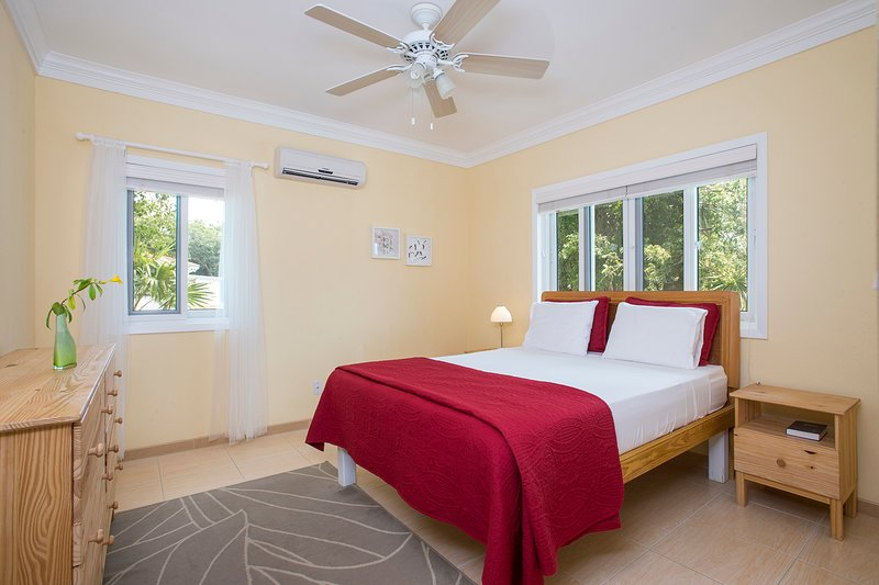 2 bedroom, 2 bathroom Sunny 'Island Butterfly' Suite - Near Beaches, aluguéis de temporada em South Palmetto Point