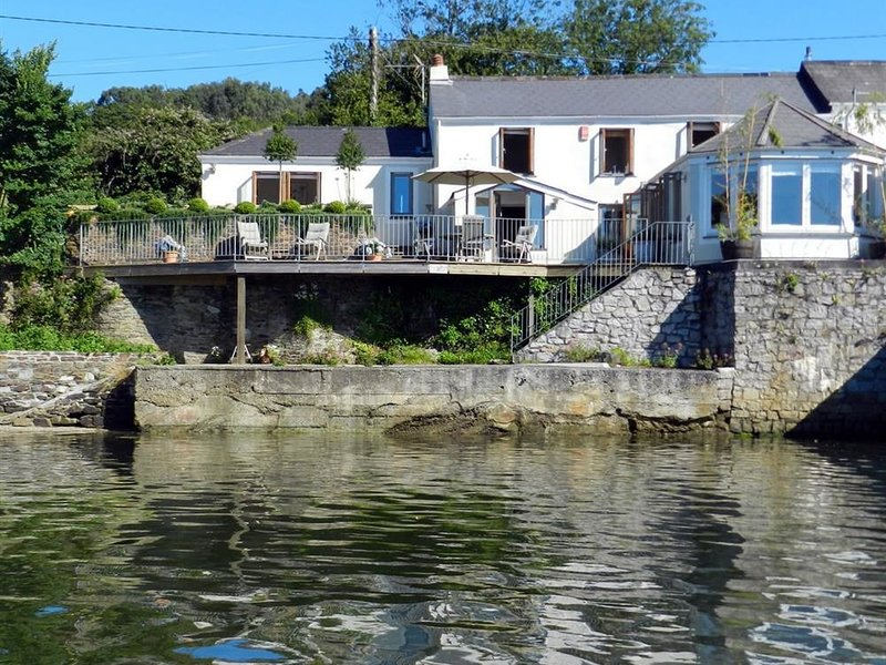 LION COTTAGE, 3 bedrooms and perfect for friends, Point, holiday rental in Devoran