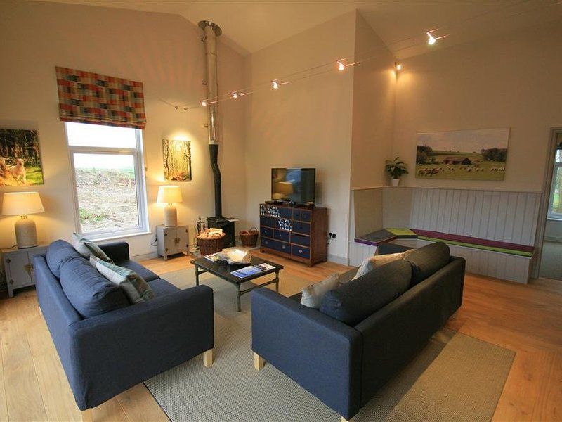 WALNUT BARN, 4 bedrooms and perfect for families and limited mobility, Notgrove, location de vacances à Naunton