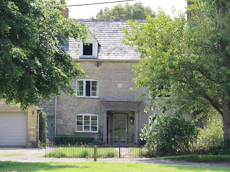 CLEMENTS HOUSE, 5 bedrooms and perfect for friends and families, Kingham, vacation rental in Adlestrop