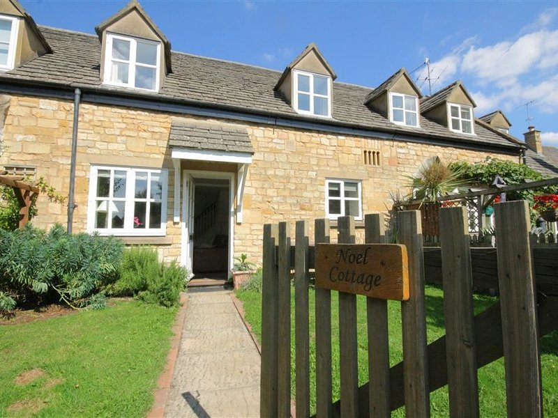 NOEL COTTAGE, open plan living room and perfect for couples, Chipping Campden, holiday rental in Chipping Campden