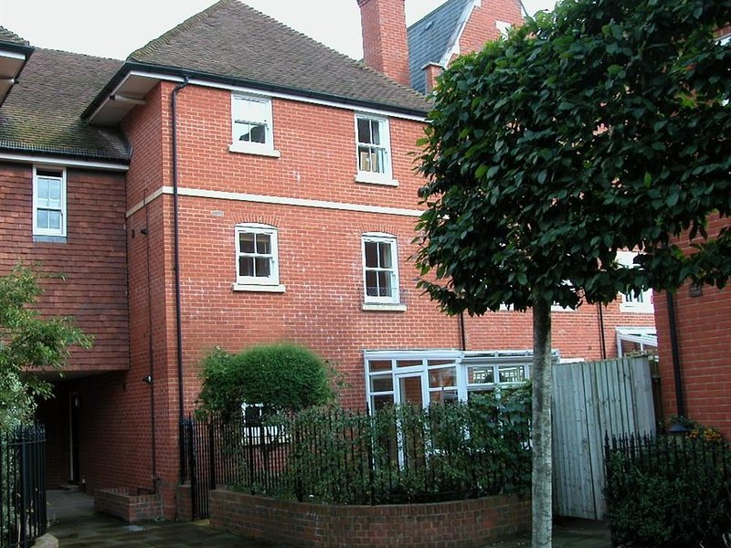 CHARTER COURT, one double bedroom and perfect for sightseers, Salisbury, vacation rental in Harnham