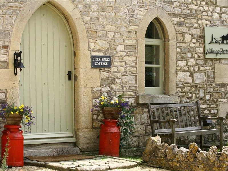 CIDER PRESS COTTAGE, perfect for two couples, Bath, vacation rental in Timsbury