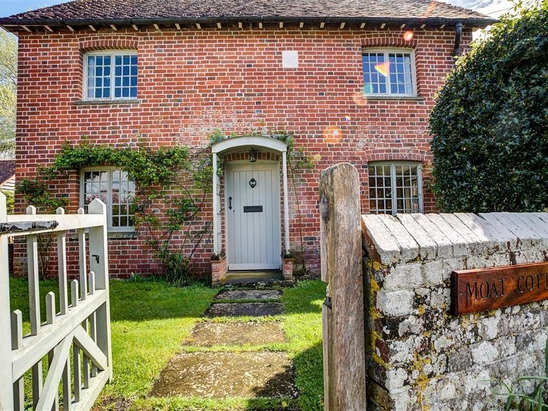 The Moat Cottage, Britford, holiday rental in Whiteparish