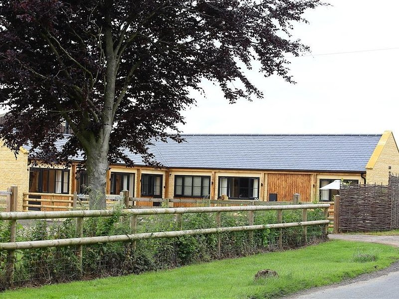 PARK STABLES, 3 bedrooms and perfect for friends and families, Wyck Rissington, vacation rental in Wyck Rissington