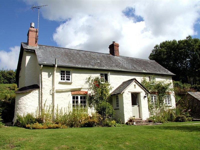 LOWER GOOSEMOOR COTTAGE, king size bedroom and private grounds, Wheddon Cross, vacation rental in Luxborough