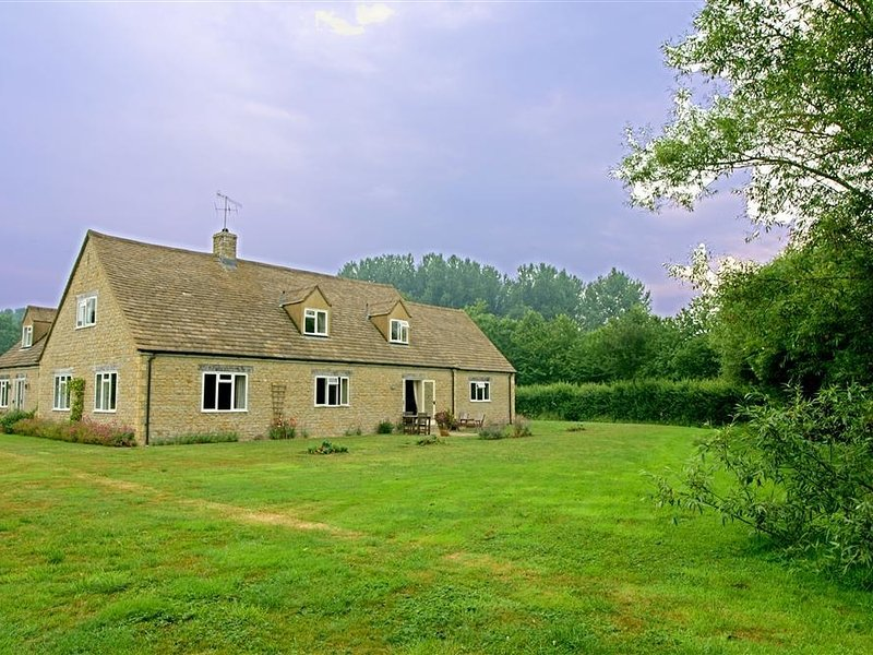 TAGMOOR HOLLOW, open plan living room and perfect for couples, holiday rental in Northleach
