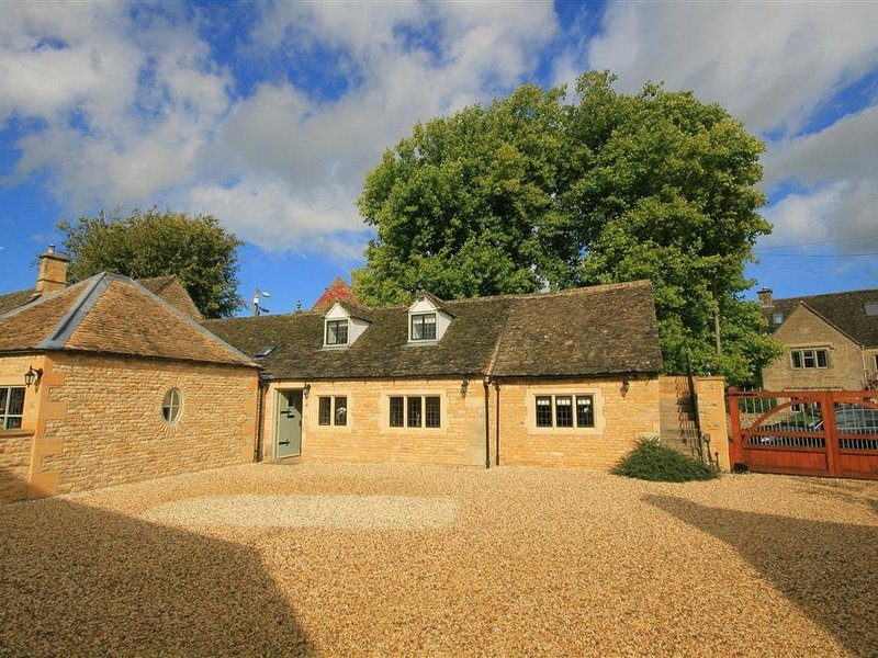 BOW HOUSE COTTAGE, open plan living room and perfect for couples, holiday rental in Bourton-on-the-Water