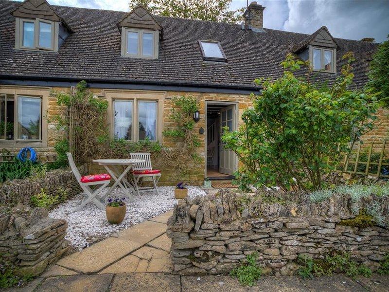 BOBBLE COTTAGE, open plan living room and perfect for couples, Little Rissington, location de vacances à Nether Westcote