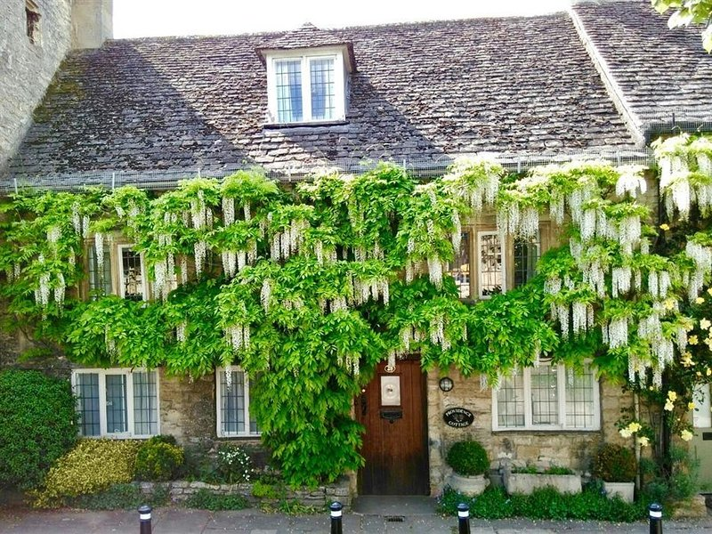PROVIDENCE COTTAGE, 4 bedrooms and perfect for friends and families, Burford, location de vacances à Burford