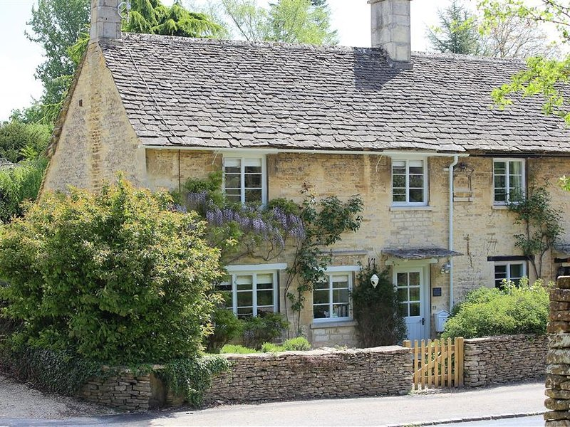 CLAYPOT COTTAGE, 3 bedrooms, open fire, WiFi, Bibury, holiday rental in Cirencester