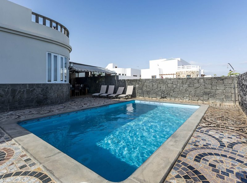 Casa Portuguesa con tres dormitorios y piscina privada, holiday rental in Nazaret