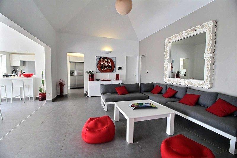 El moderno y acogedor salón de la villa soleada.