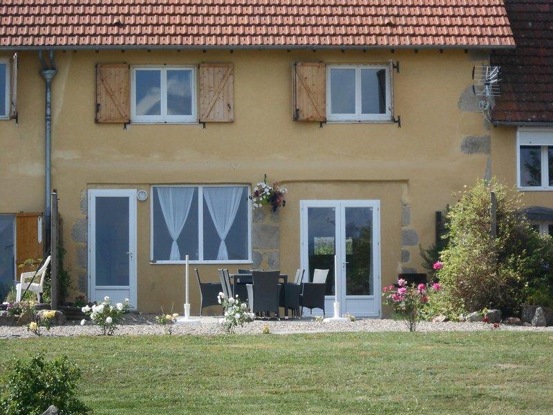 Séjour en Auvergne dans maison familiale avec Wifi, holiday rental in Gouttieres